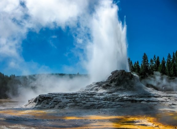 Yellowstone national park geyser